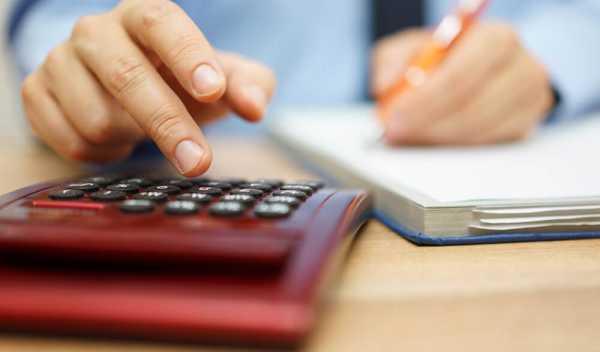 年収を計算する男性