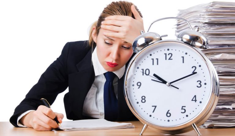 労働基準法の残業時間を超えて働かせられている女性