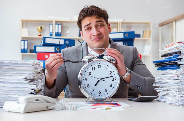 残業に苦しむ管理職扱いの男性