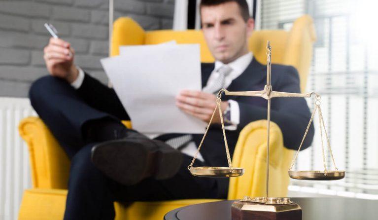 残業代を請求しようとしている弁護士