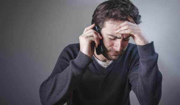 内定取り消しの電話を受けて泣く人