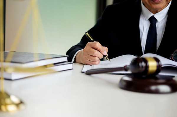 労働基準法上での残業を調べる男性
