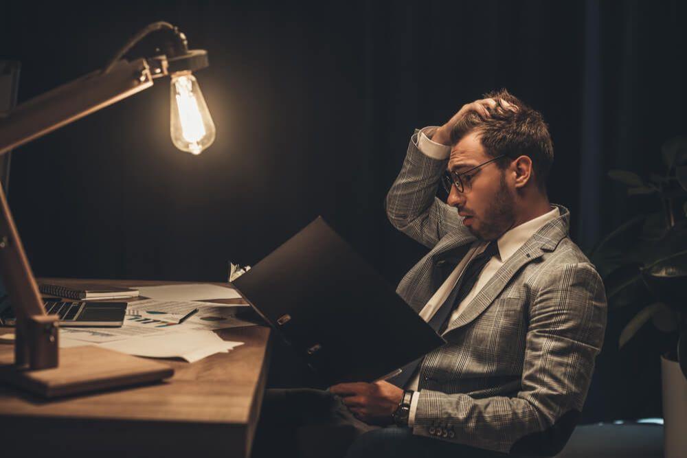 残業が60時間を超えて疲れている男性