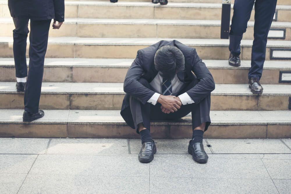残業80時間を超えて疲労困憊の男性