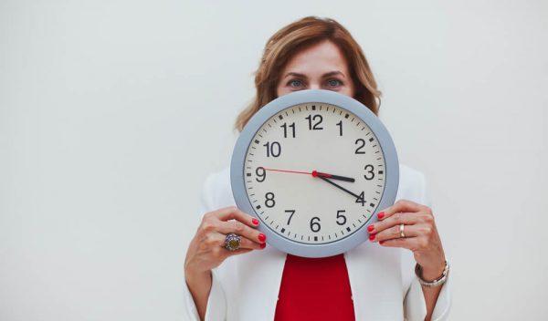 残業時間を気にする女性