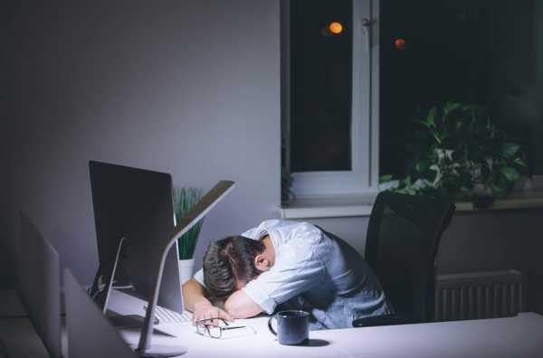 深夜残業で寝落ちした男性