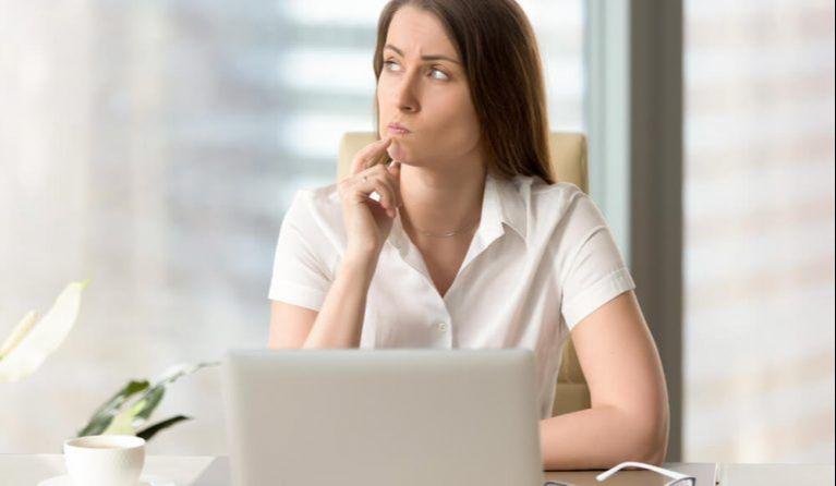 残業の長さに疑問を持つ女性