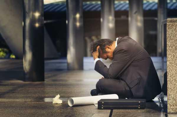 給料が未払いのまま会社が倒産して絶望する男性