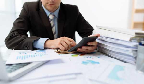労働基準法上の残業代を計算する男性