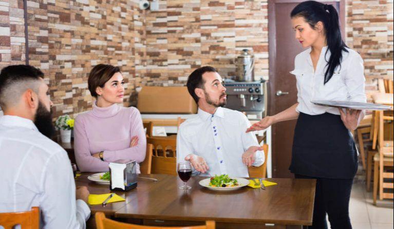 飲食店で働いているが残業代が出ない女性