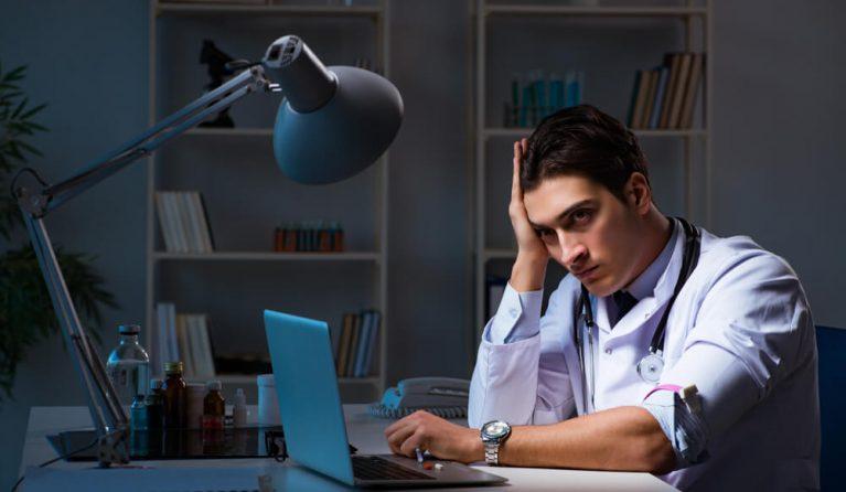 残業する医師