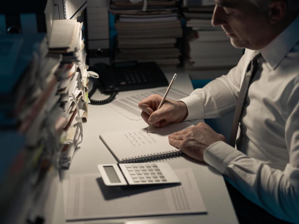 残業手当を計算する男性