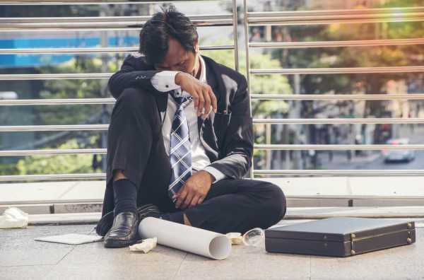 過労死基準を超えて働いて倒れる男性