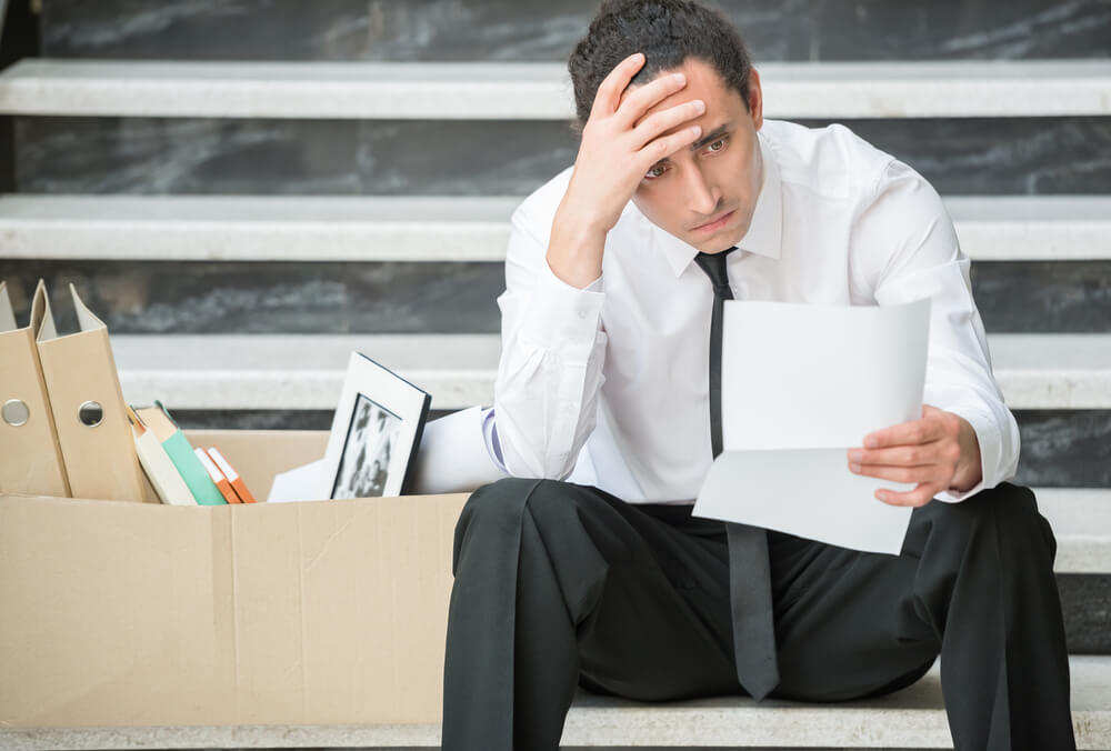 懲戒解雇され失業保険受給を考えている男性