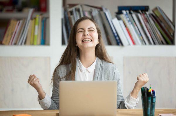 残業代請求の勝率が高いことが分かって喜ぶ女性