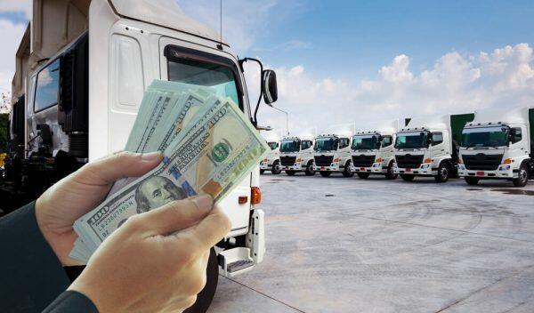 給料をもらうトラック運転手