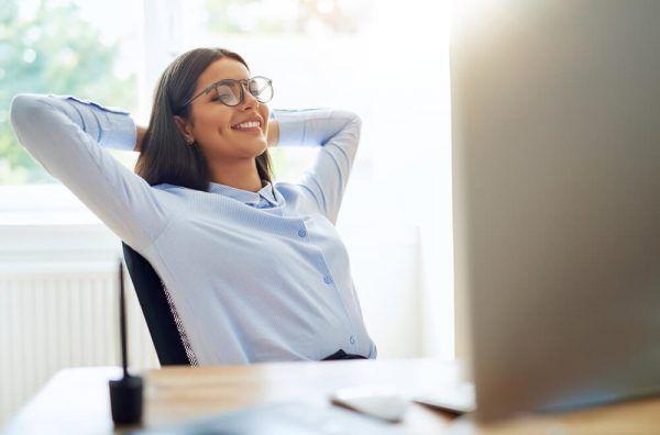 労働時間中に休憩する女性
