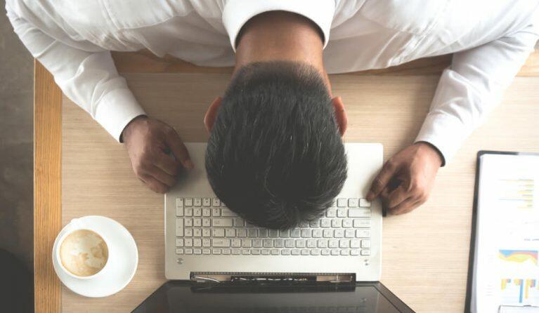異常な残業時間で過労死しそうな男性