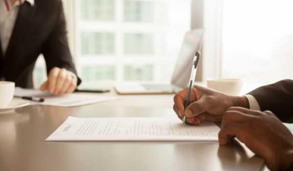 36協定の特別条項を確認する男性