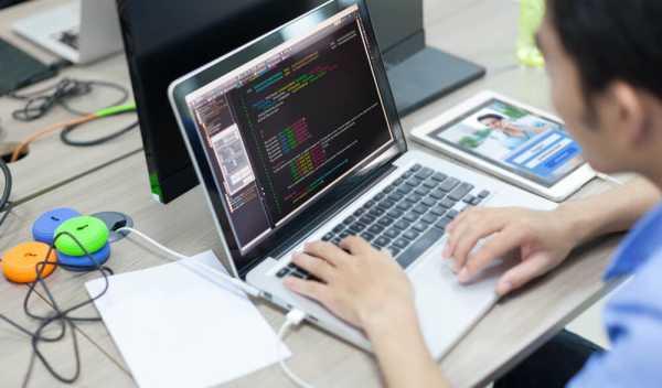 残業するプログラマー