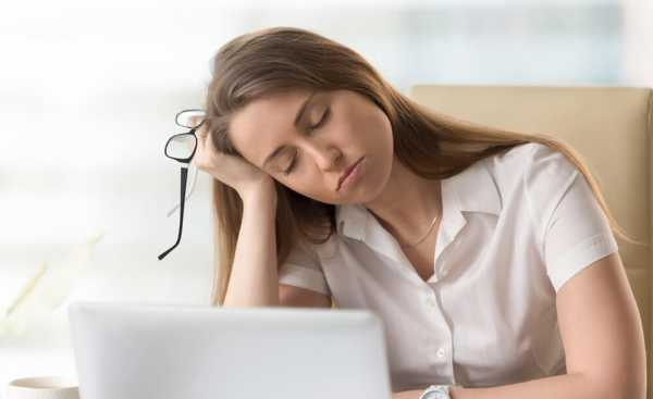 休日出勤で疲れた女性