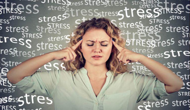 職場のストレスに耐えられない女性