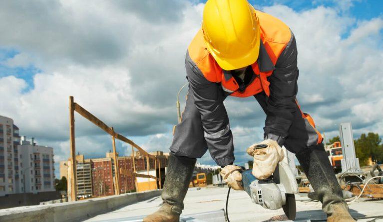 建設業界で残業する人