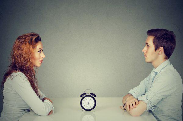 不倫の時効について話し合う男女