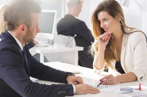 上司と不倫する女性