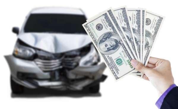 交通事故の示談金を計算する男性