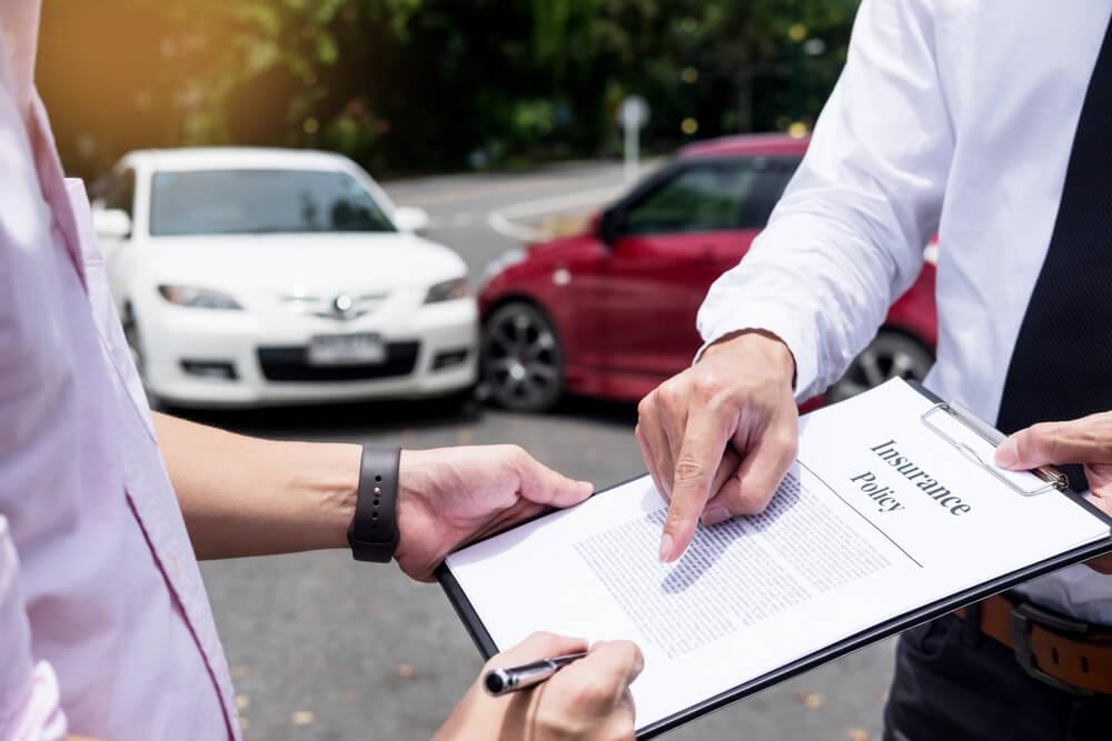 交通事故で示談書にサインする男性