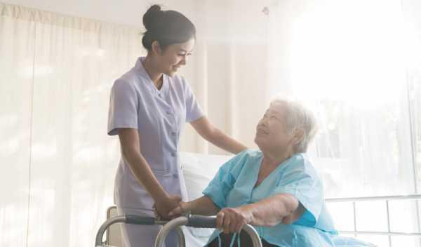 介護で残業する女性