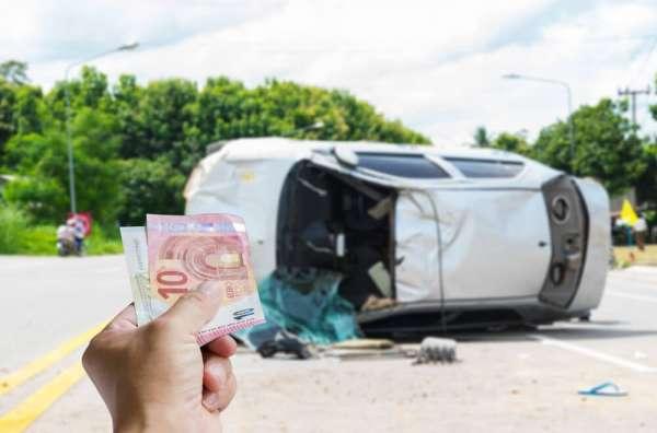 交通事故の示談金の相場が知りたい男性