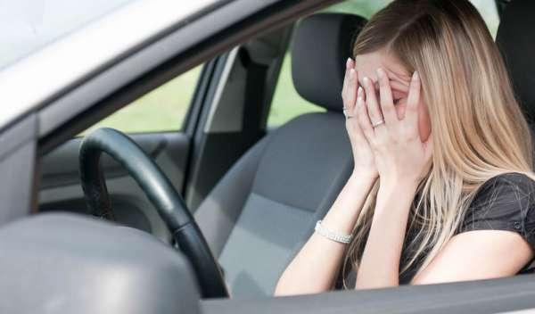 交通事故で慰謝料について知りたい女性