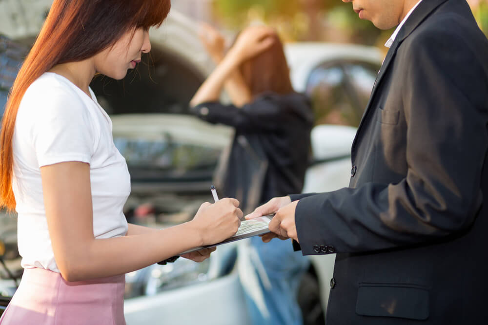 交通事故で示談金をもらう女性