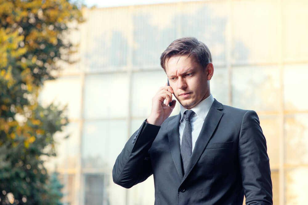 退職代行に電話する男性