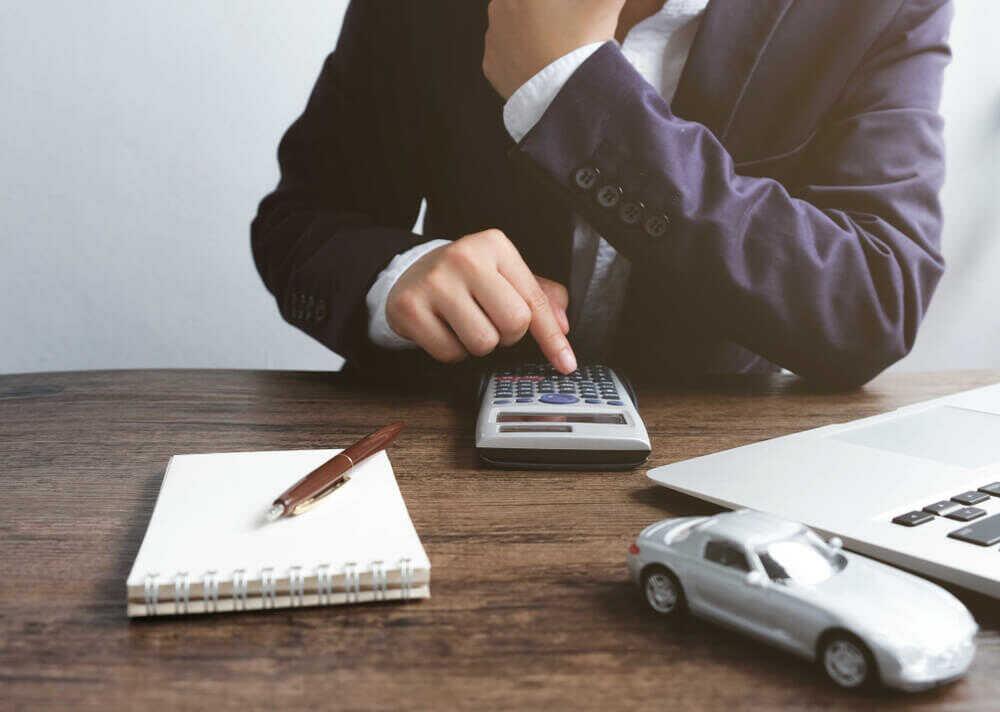 交通事故の慰謝料を計算する男性
